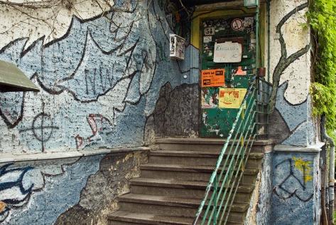 """Die Fassade am Eingang des Hauses der Jugend in Köpenick wurde mit dem Schriftzug """"NW Berlin"""" beschmiert. Foto: Theo Schneider"""